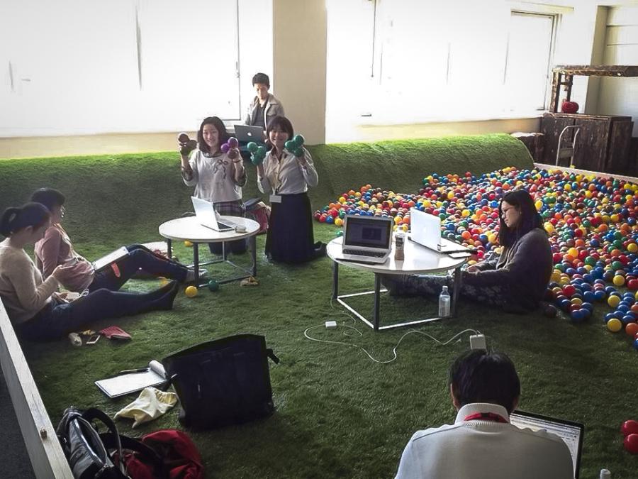 スノーボーダー、フォークリフトオペレーター、交換留学生など多彩なバックグラウンドを持つTEDxSapporo翻訳チーム。遊び場をテーマにした空間で、翻訳作業をしている。写真:石山彩奈さん提供
